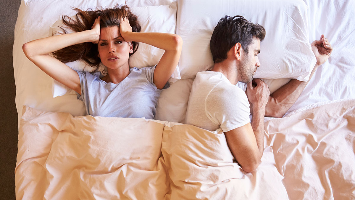 How snoring affects sleep - Couple in bed